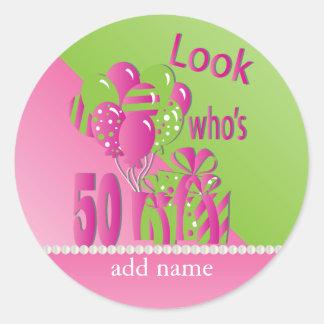 Sticker Rond Regardez qui est 50 dans le rose - le cinquantième