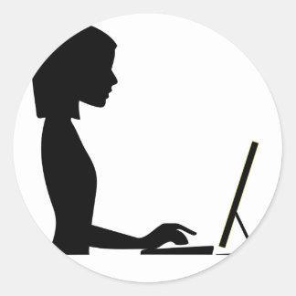 Sticker Rond Silhouette femelle d'ordinateur