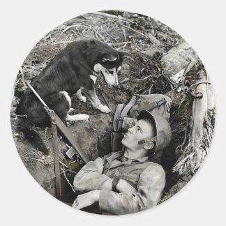 Sticker Rond Soldat de observation de chien dans son trou de