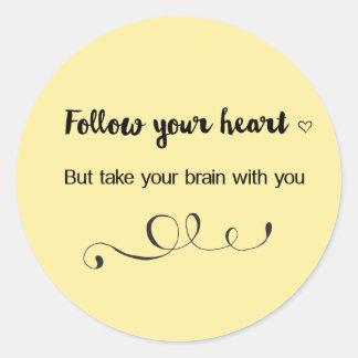 Sticker Rond Suivez votre coeur, mais prenez votre cerveau avec