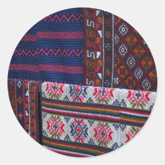 Sticker Rond Textiles colorés du Bhutan