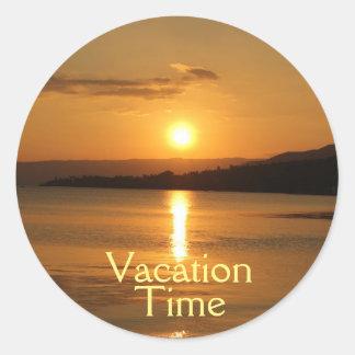 """Sticker Rond Typographie d'or de """"temps de vacances"""" de jaune"""