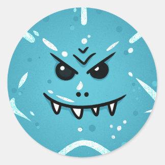 Sticker Rond Visage bleu drôle avec le sourire sournois