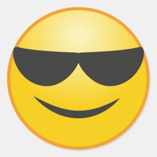 Sticker Rond Visage de sourire frais avec l'emoji drôle de