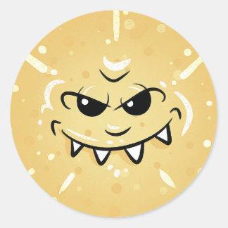 Sticker Rond Visage jaune drôle avec le sourire sournois