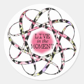 Sticker Rond Vivez dans le ruban circulaire floaty coloré de