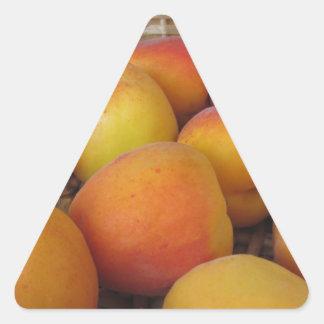 Sticker Triangulaire Abricots frais dans un panier en osier