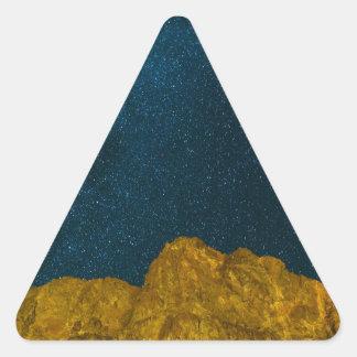 Sticker Triangulaire Ciel nocturne étoilé au-dessus de paysage rocheux
