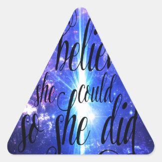 Sticker Triangulaire Elle a cru en cieux iridescents