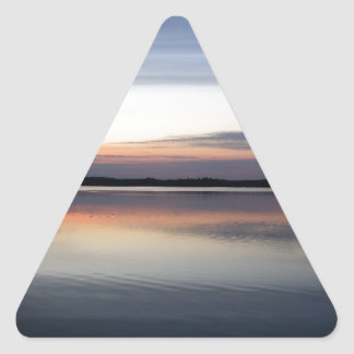Sticker Triangulaire Les nuages roses réfléchissent sur le lac junior à