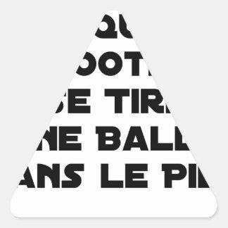STICKER TRIANGULAIRE MATCHS TRUQUÉS, LE FOOTBALL SE TIRE UNE BALLE DANS