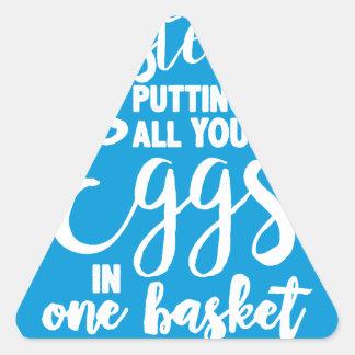 Sticker Triangulaire Pâques met tous vos oeufs dans un panier