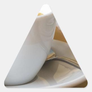 Sticker Triangulaire Petite tasse de café express sur une soucoupe avec