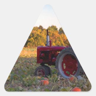 Sticker Triangulaire Tracteur dans un domaine de citrouille