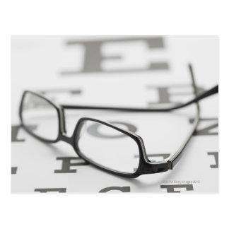 Studio tiré des lunettes sur le diagramme d'oeil carte postale
