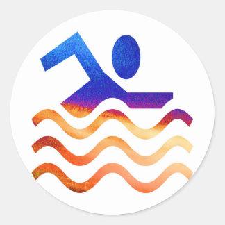 Succès de natation - esprit frais en périodes sticker rond