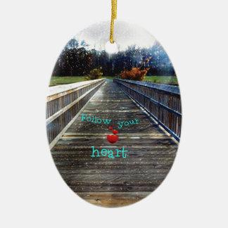 Suivez votre coeur à travers le pont dans la ornement ovale en céramique