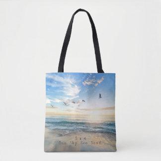 Sun. Ciel. Mer. Sable. Scène de plage Tote Bag