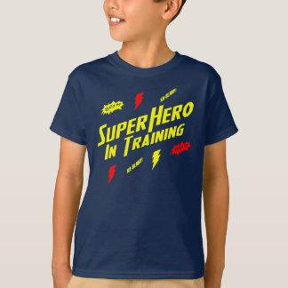 Superhéros d'enfants dans le T-shirt de formation