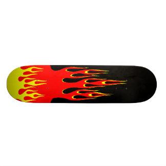 Sur la planche à roulettes du feu skateboards personnalisés