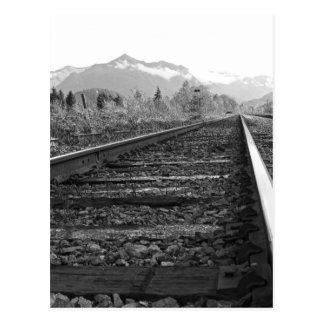 Sur la voie - photo noire et blanche de carte postale