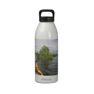 Sur l'eau bouteilles d'eau réutilisables