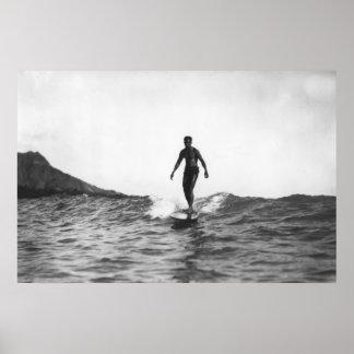 Surfer dans le surfer de Honolulu Hawaï Longboard Posters
