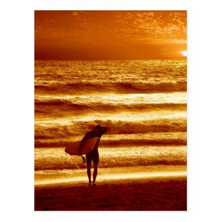 surfer de coucher du soleil carte postale