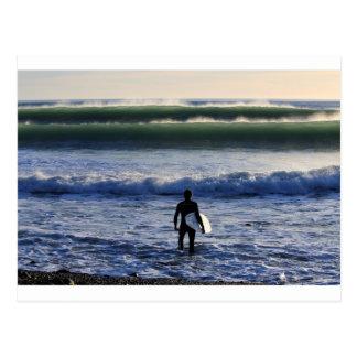 Surfer et ressacs verts carte postale