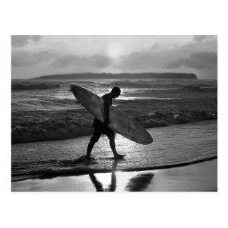 Surfer hawaïen se dirigeant à la maison, noir et carte postale