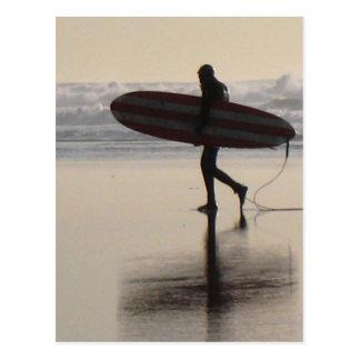Surfer sur la plage d'océan carte postale