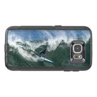 Surfer sur la planche de surf bleue et blanche