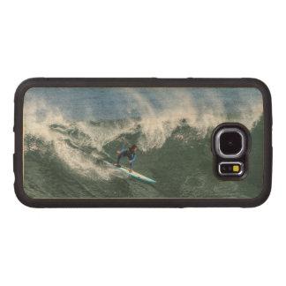 Surfer sur la planche de surf bleue et blanche coque de téléphone en bois