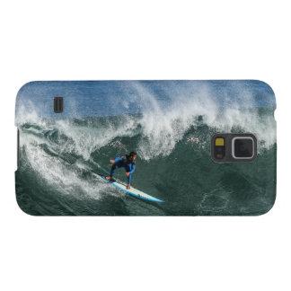 Surfer sur la planche de surf bleue et blanche coques galaxy s5