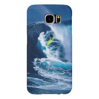 Surfer sur la planche de surf verte
