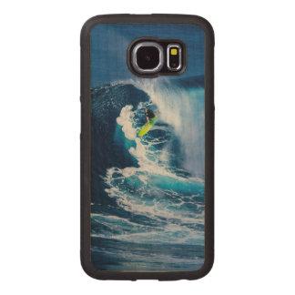 Surfer sur la planche de surf verte coque de téléphone en bois