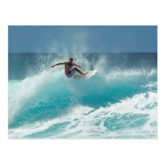 Surfer sur une grande carte postale de vague