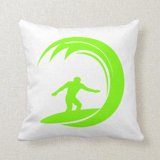 Surfer vert Chartreuse et au néon Coussin Décoratif