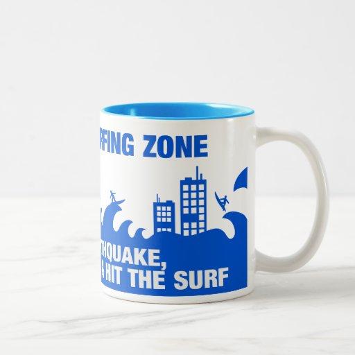 Surfers extrêmes de tsunami mugs à café