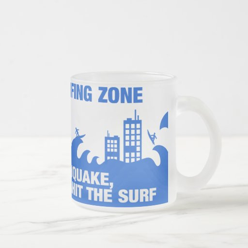 Surfers extrêmes de tsunami tasse
