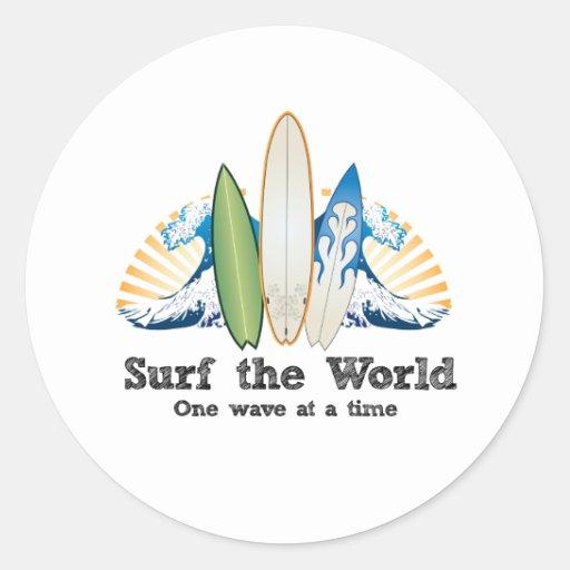 Surfez le monde, une vague à la fois autocollant rond