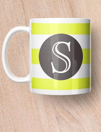 Ajoutez votre initiale sur le mug de votre choix.