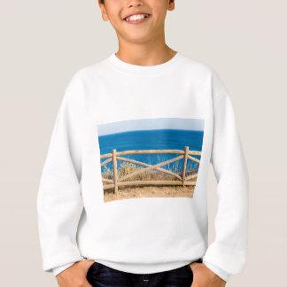 Sweatshirt Barrière en bois à la côte avec sea.JPG bleu