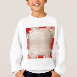 Sweatshirt Produits cosmétiques sur la table en bois