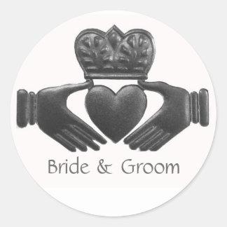 Symbole d'amour de Claddagh d'Irlandais Sticker Rond