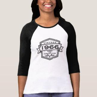 T-shirt 1966 âgé à l'habillement de perfection