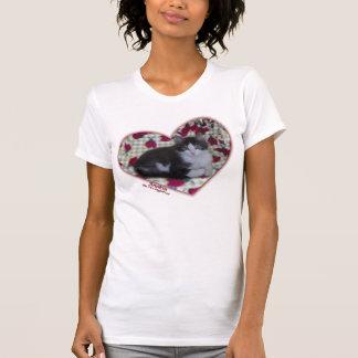 T-shirt à deux jambes de chaton de coeurs de