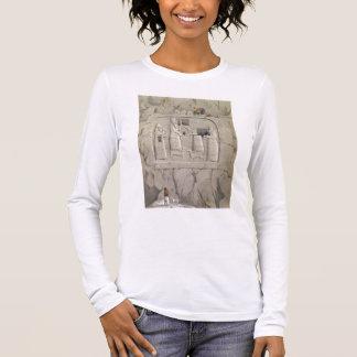 T-shirt À Manches Longues Examinant une sculpture assyrienne en roche, de