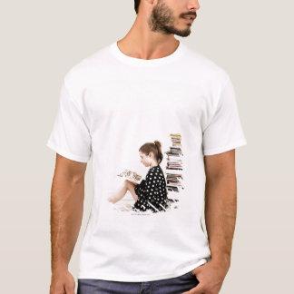 T-shirt Adolescente lisant la présentation horizontale sur