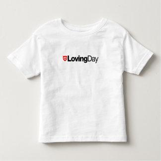 T-shirt affectueux d'enfant en bas âge de jour